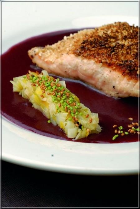 pav de saumon en miroir de vin rouge a vos assiettes recettes de cuisine illustr es. Black Bedroom Furniture Sets. Home Design Ideas