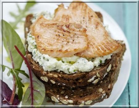 tartine_de_fromage_frais_a_la_ciboulette_et_minute_de_saumon_ecossais_label_rouge_grillé