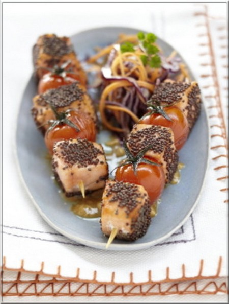 brochette_de_saumon_ecossais_label_rouge_et_tomates_aux_graines_de_moutarde_