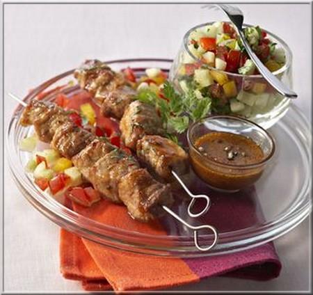 brochettes_de_porc_au_miel_et_salade_fraicheur