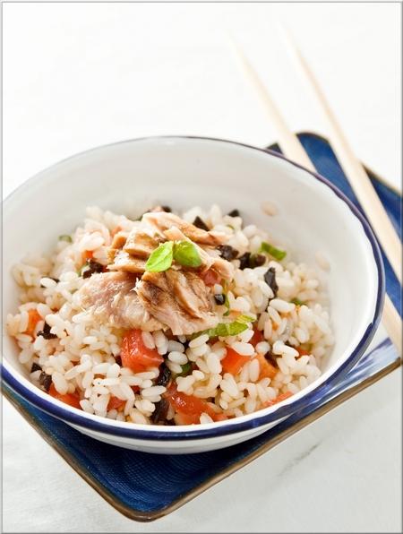 salade de riz au thon tomates cerises olives noires et basilic a vos assiettes recettes de. Black Bedroom Furniture Sets. Home Design Ideas