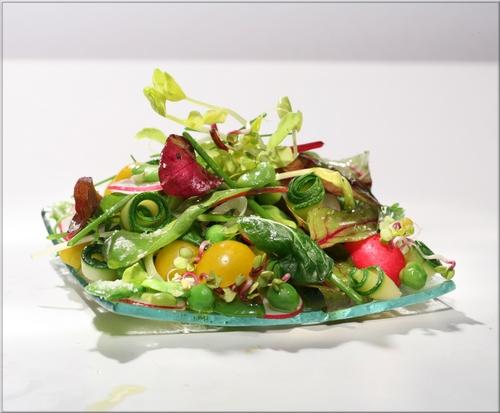 gaspacho de petits pois frais la menthe sur son lit de salade d 39 herbes a vos assiettes. Black Bedroom Furniture Sets. Home Design Ideas