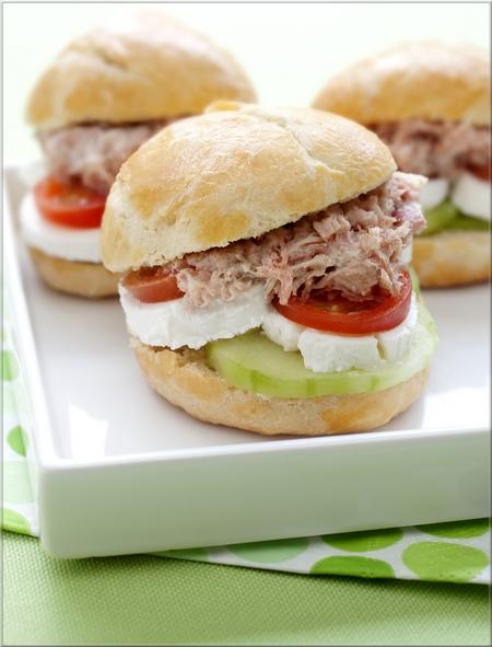 petits_burgers_au_concombre_fromage_et_rillettes_de_jambon_