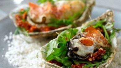 Photo de Huîtres Gratinées au Parmesan sur Lit de Roquette, Jambon de Pays et Tomates Séchées