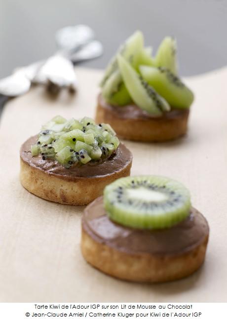 tarte_kiwi_de_l_adour_igp_sur_sont_lit_de_mousse_au_chocolat_