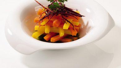 Photo de Vapeur de carottes de couleurs aux épices et jus de persil