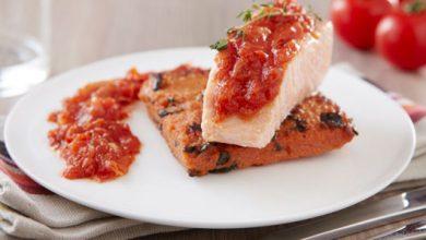 Photo de Saumon confit au thym, palet de polenta, concassée de tomates basilic-oignon