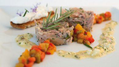 Photo de Jarret de veau comme une salade de museau, poivrons confits acidulés, pain aux herbes