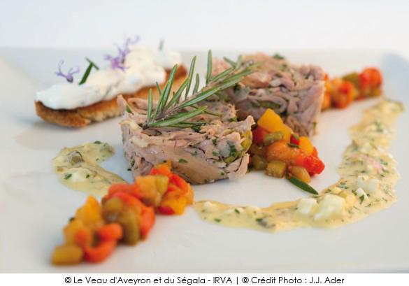 jarret_de_veau_comme_une_salade_de_museau_poivrons_confits_acidules_pain_aux_herbes