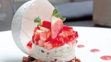 Photo de Tartare de fraises au poivre, nougat glacé et cacahuètes
