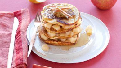 Photo de Pyramide de pancakes à la compote de pommes et sirop d'érable