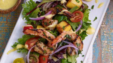 Photo de Salade tandoori, crevettes grillées et vinaigrette à la mangue
