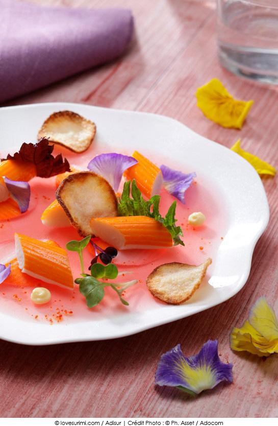 rosace_de_surimi_marine_eau_de_tomate_gelifiee_mayonnaise_gingembre_shiso_et_chips_croustillantes
