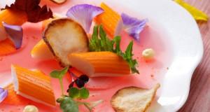 rosace_de_surimi_marine_eau_de_tomate_gelifiee_mayonnaise_gingembre_shiso_et_chips_croustillantes_2