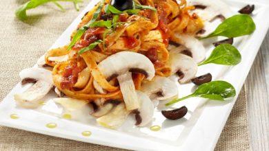 Photo de Tagliatelle à la sauce Bolognese Champignons et cèpes, pousses d'épinards, essence d'olive noire et carpaccio de champignons de Paris