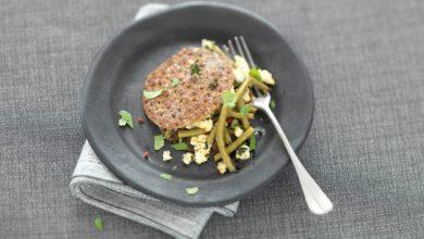 Photo de Haricots verts et brousse parfumée aux épices sur galette de sarrasin