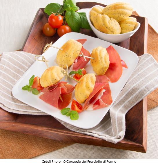 mini_brochettes_de_madeleines_aux_graines_de_pavot_accompagnes_de_jambon_de_parme_tomates_et_basilic