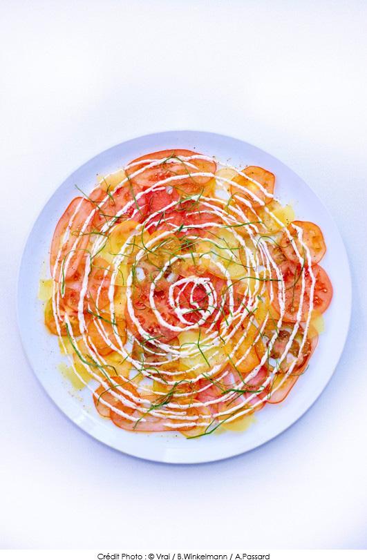 carpaccio_de_tomates_creme_fraiche_aux_quatre_epices_et_oseille