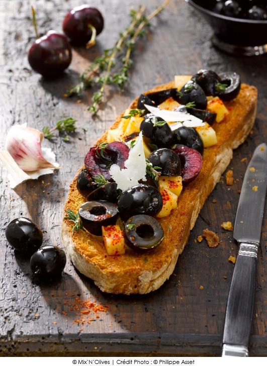 tostada_de_pain_de_campagne_mix_d_olives_noires_et_cerises