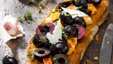 Photo de Tostada de pain de campagne, mix d'olives noires et cerises
