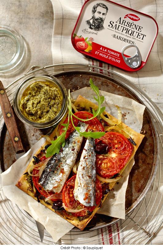 tarte_fine_a_la_tomate_et_aux_sardines_sur_lit_de_pesto