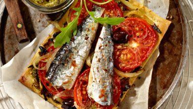 Photo de Tarte fine à la tomate et aux sardines sur lit de pesto