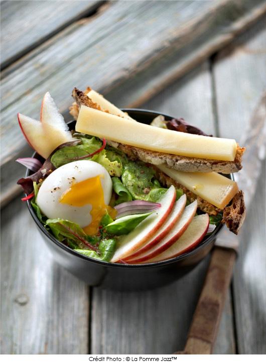 salade-de-pomme-jazz-oeuf-mollet-et-mouillette-de-campagne-au-beaufort