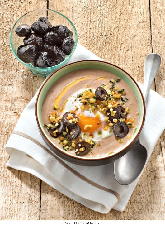 soupe-de-panais-aux-olives-noires-chapelure-de-pignons-et-basilic