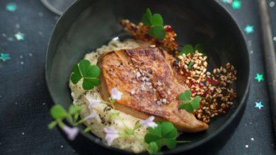 Photo de Foie gras poêlé, purée de topinambour, tuile au sésame