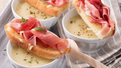 Photo de Soupe à l'oignon et aux pommes de terre, tartines de pain gratinées et Jambon de Parme