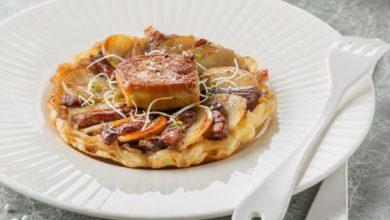 Photo de Tatin de canard aux pommes de terre, confit d'échalotes et foie gras poêlé