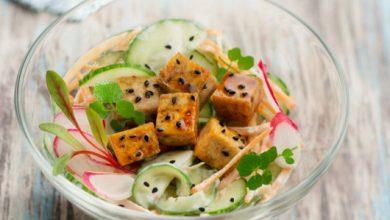 Photo de Salade de tofu grillé, concombre, carotte et crème citron