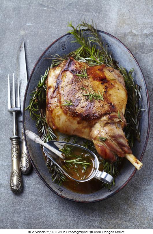Gigot d 39 agneau r ti jus au romarin a vos assiettes recettes de cuisine illustr es - Roti d agneau au four ...
