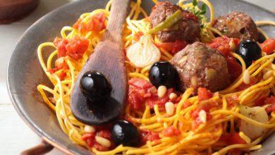 Photo de Boulettes de bœuf aux olives vertes, spaghettis aux tomates fraîches et origan