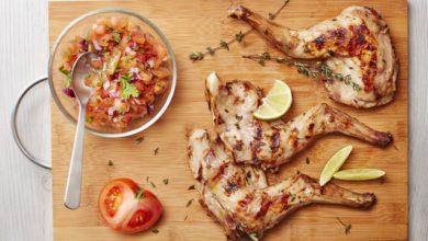 Photo de Gigolettes de lapin au barbecue, parfumées au thym et au citron et salsa de tomates
