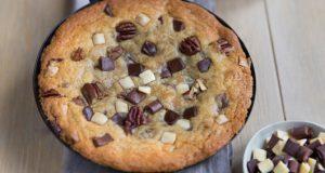 one-pan-cookie-aux-eclats-de-trois-chocolats-et-noix-de-pecan-2