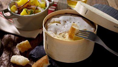 Photo de Mont d'Or crémeux, salade de pommes de terre aux oignons rouge et lardons