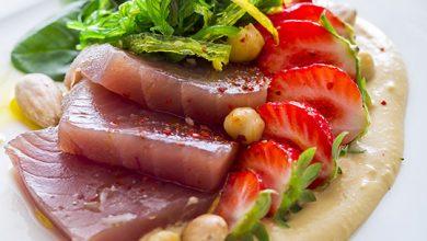 Photo de Duo de thon et fraises Gariguette en carpaccio, wakamé et houmous de pois chiche