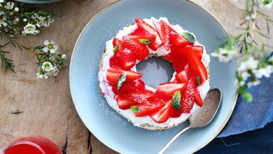 Photo de Bagel ricotta, fraises, pointe de menthe et coulis de framboises