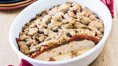 Photo de Crumble de noisettes et de parmesan, filets de poulet Père Dodu® aux poivrons aillés et aux tomates confites