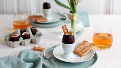 Photo de Œufs de Pâques à la mousse de noix de coco, caramel de cidre et leurs mouillettes au cidre