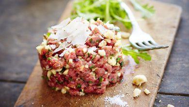 Photo de Tartare de bœuf aux noix, ail, persil et copeaux de parmesan