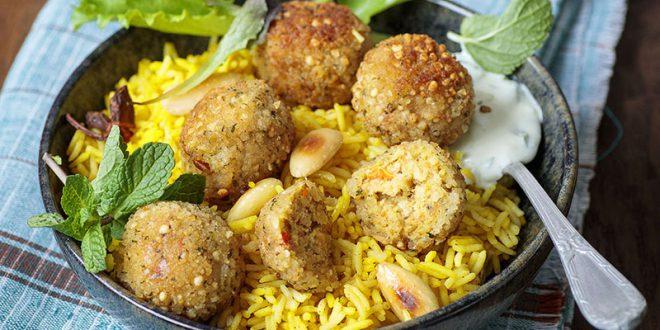 Riz jaune sauce Raïta et boulettes de lentilles