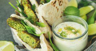 Sandwich aux falafels de quinoa et lentilles aux épinards, sauce au yaourt