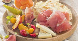 Pain carasau, pecorino affiné, fruits et Jambon de Parme