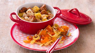 Photo de Cassolettes de veau aux pommes et à la féta, poêlée de tagliatelles et de carottes en ribambelle