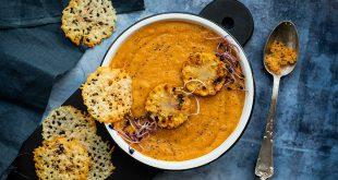 Velouté de carottes et de maïs, chips de parmesan aux graines de pavot