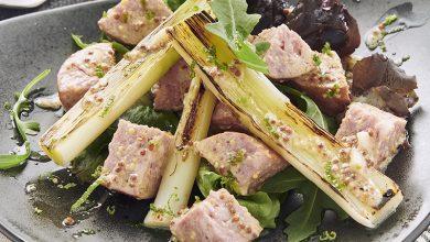 Photo de Poireaux grillés, Saucisse de Morteau et vinaigrette tranchée à la moutarde de Bourgogne