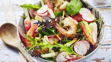 Photo de Salade de crevettes aux radis, pamplemousse, pomme, jeunes pousses et coriandre