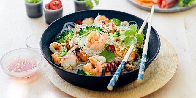 Salade de fruits de mer aux légumes et nouilles chinoises